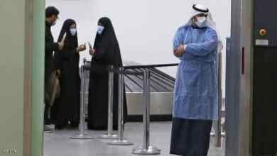 يرتدون أقنعة واقية في مطار الكويت