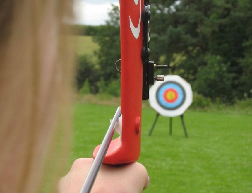 Devizesbowmen shooting a recurve bow at archery target. (c) Jethrothompson (CC BY SA 3) Via Wikimedia.