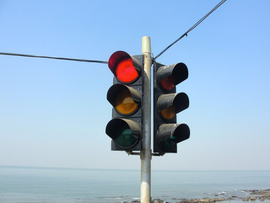 Traffic signal at Tamil Nadu. (c) 2011 Thamizhpparithi Maari (CC BY SA 3.0)