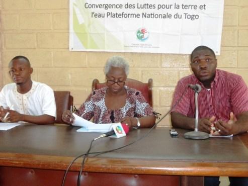 Convergence Lutte Terre Eau bon - Après la grande caravane ouest-africaine de la Convergence des Luttes pour la Terre et l'Eau:  la Plateforme nationale du Togo va remettre aux autorités un livret vert