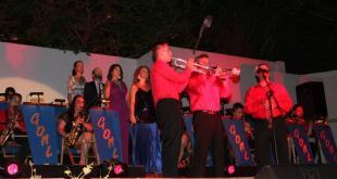 El trio de trompetas interpretando una de sus canciones