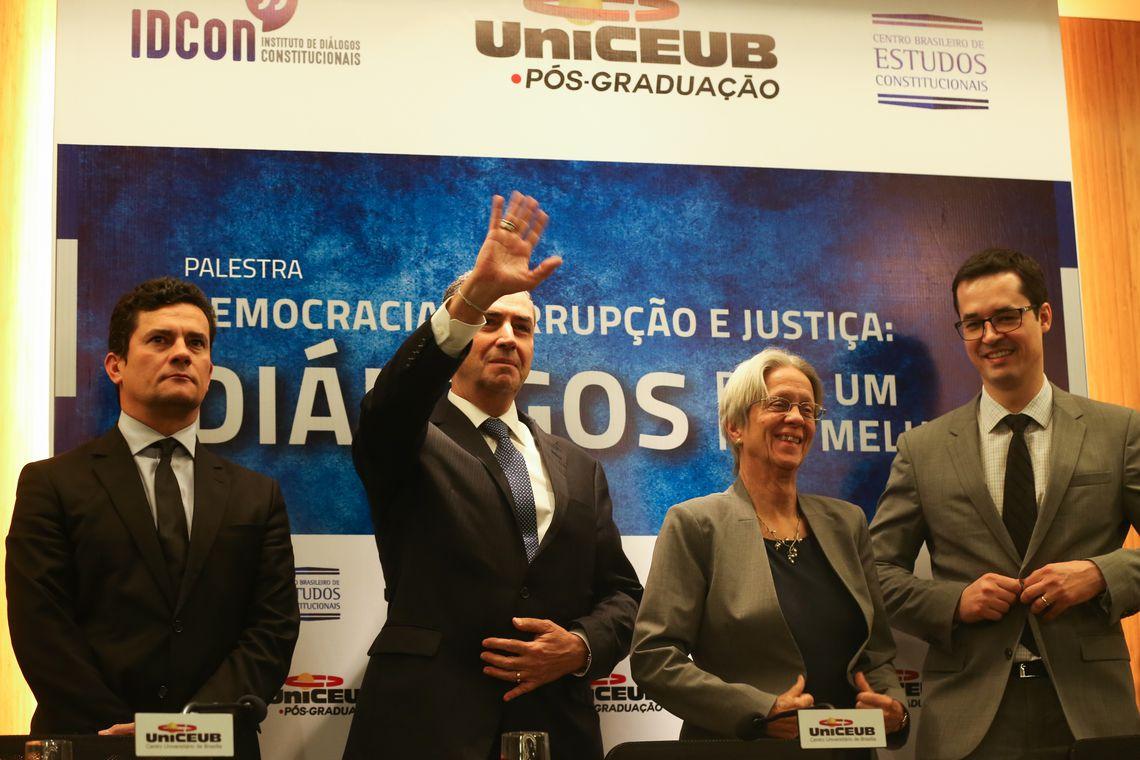 Brasília - O juiz federal Sérgio Moro, o ministro do STF, Luís Roberto Barroso, a professora da Universidade de Yale, Susan Rose-Ackerman e o procurador Deltan Dallagnol, participam da palestra (José Cruz/Agência Brasil)