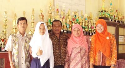 Fitrah Suryani Nasution bersama para guru