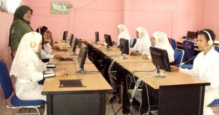 Pelajar SMP Negeri 5 Panyabungan di depan komputer saat dipantai Kepsek, Marsaulina Pane