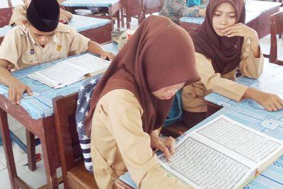 Pelajar SMA Negeri 3 serius membaca Al-Quran