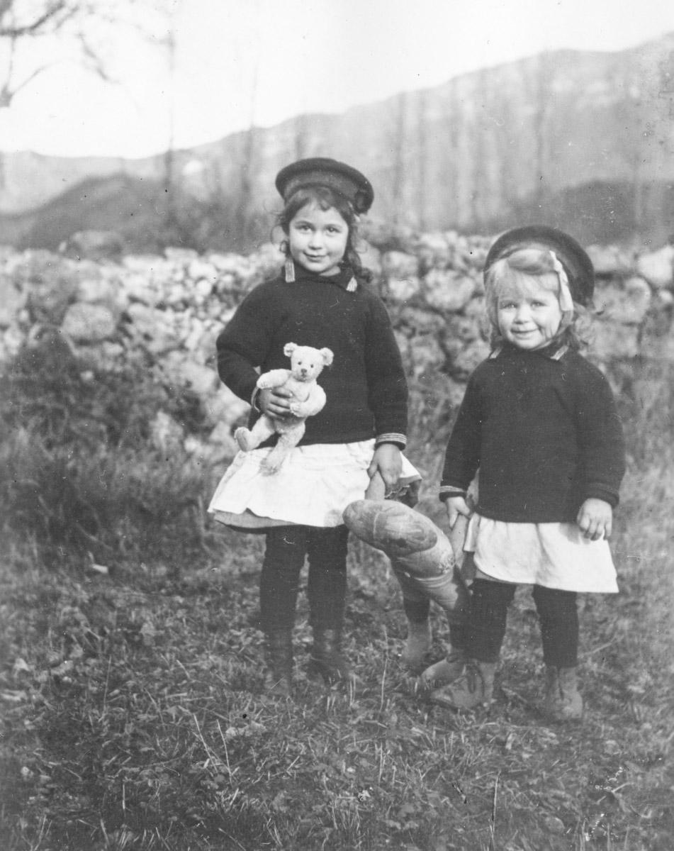 Hélène à gauche et sa petite soeur Liliane à droite