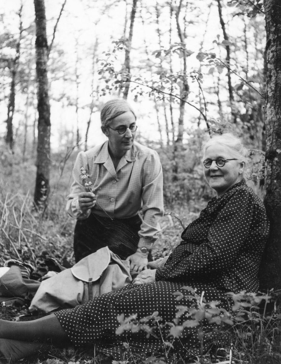 Hélène avec sa maman dans le Bois de Bossy le 13 mai 1954