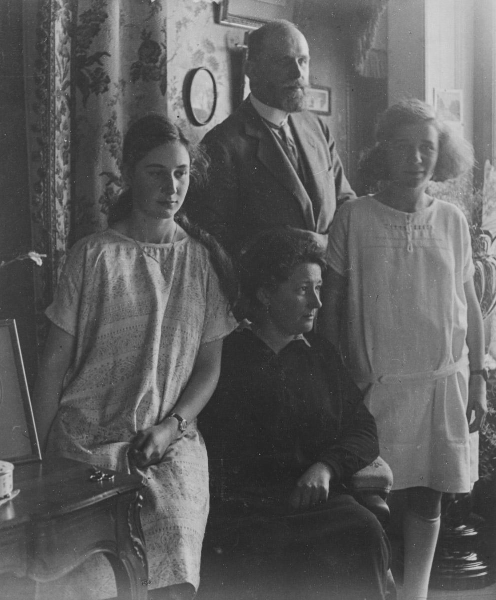 Dans la maison familiale à Genève. La dernière et unique photo présentant une famille unie mais malheureuse. En 1923, le couple parental se sépare. Hélène à gauche, qui doit avoir une douzaine d'année sur l'image a son regard perdu dans le vide
