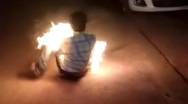 पत्नी-बच्चों के गुम होने की रिपोर्ट लिखाने पहुंचा युवक पुलिस ने सीमा विवाद में उलझाया तो पीड़ित ने थाने में खुद को आग लगाई