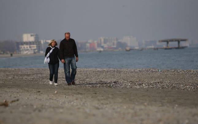 Plimbare în doi pe malul mării Foto Adevărul