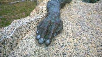 Monumetul Eroilor - Altarul pângărit cu vopsea...