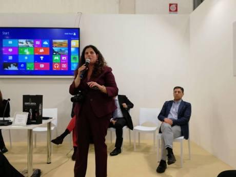 Carmen la una din numeroasele conferente organizate în Italia și în alte tari