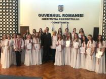 Marius-Horia-Tutuianu-îi-felicită-pe-membrii-Corului-de-copii-Callatis-1