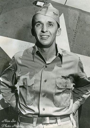 Alexander Vraciu – as aerian american de origine română, fotografiat în timpul campaniei din Pacific, Iulie 1944. Născut în 1918 într-o suburbie a Chicagoului, din părinţi transilvăneni (tatăl îi era de loc din Poiana Sibiului, mama din Sebeş). La un moment dat a deţinut recordul american pentru cele mai multe avioane inamice doborâte (19); a învins 6 avioane inamice într-o singură bătălie aeriană. Cunoscuţii îl descriau ca fiind pe cât de potolit şi blând în restul timpului, pe atât de agresiv în luptă. A trăit 96 de ani.