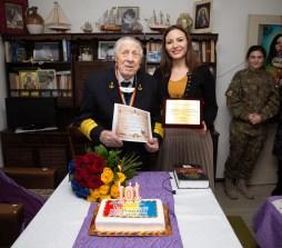 FOTO_Viceamiral Mircea Caragea sarbatorit de Alexandra Dobre director general Centrul pentru seniori al Municipiului Bucuresti la implinirea a 101 ani