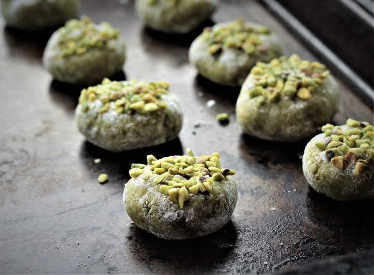 baking sheet filled with raw pistachio amaretti