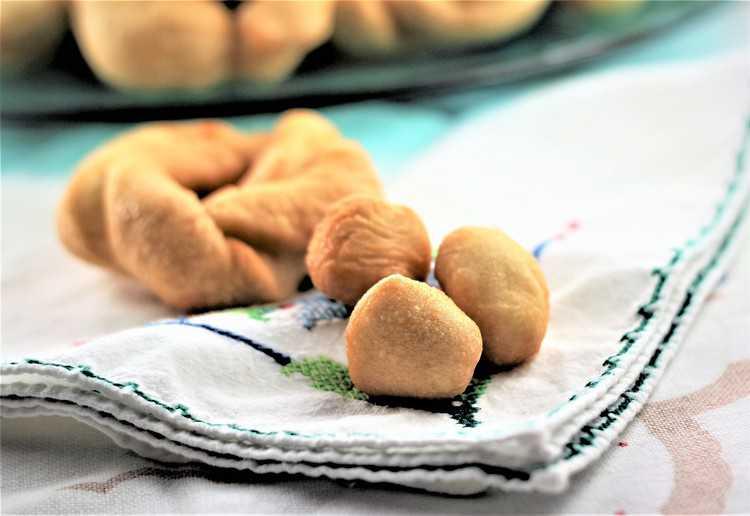 close up of fried bite sized sweet anise taralli
