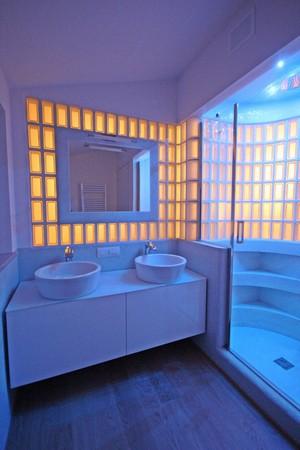 bagno padronale  lavabi e cilindro box doccia in vetrocemento