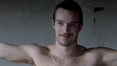 Disfrutemos de pecho peludo en el teaser de 'TOM'