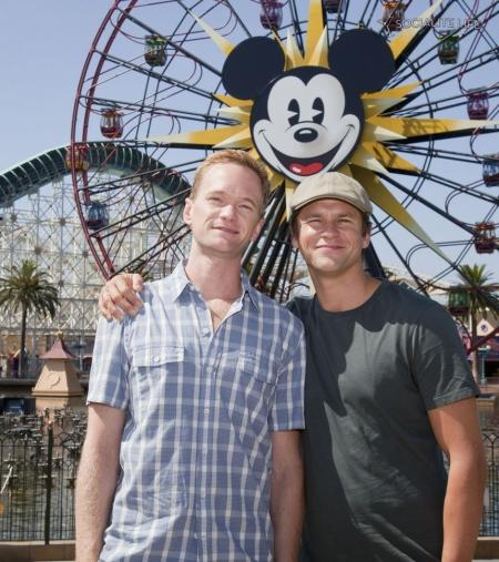 860_neil-patrick-harris-and-boyfriend-at-disney-and-others-kiss-504640659