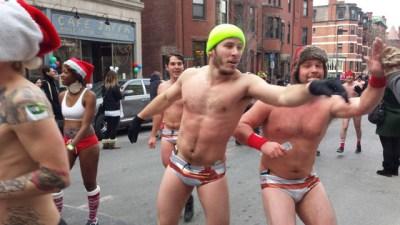171215 CIENTOS DE HOMBRES EN ROPA INTERIOR CORRIERON EN EL BOSTON SANTA SPEEDO RUN 2015. FOTO 12