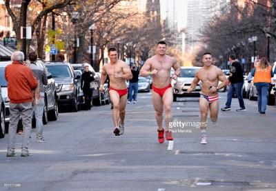 171215 CIENTOS DE HOMBRES EN ROPA INTERIOR CORRIERON EN EL BOSTON SANTA SPEEDO RUN 2015. FOTO 6