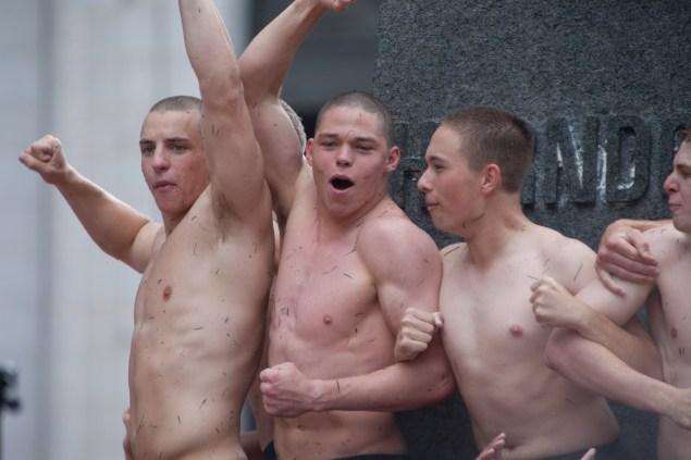 Marinos semidesnudos y aceitados para comenzar el verano foto 6