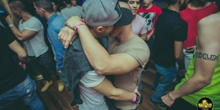La reacción de los heteros al ver dos hombres besándose