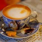 CAFÉ COM AROMA DE CANELA.