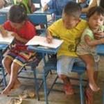 Foto de menino de 7 anos na escola com a irmã ao colo está a dando a volta ao mundo