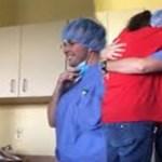 """Mãe com câncer fica em lágrimas quando o seu """"médico"""" retira a máscara"""