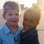 Mãe tira foto da Filha e de um Menino que ela viu na Praia, nesse momento a verdade veio à tona!
