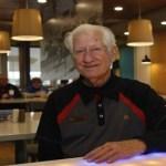 Vovô foi obrigado a trabalhar no McDonald's para cuidar de seus dois netos deficientes