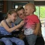 Menina com paralisia cerebral salva irmão de afogamento