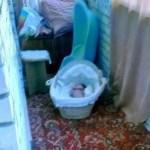 Sem piedade: ela deixou seu bebê congelando e chorando na varanda só para fazê-lo sofrer
