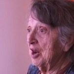 """Mulher solitária passa 69 anos pensando que seu bebê havia morrido ao nascer. Um belo dia escuta uma voz: """"Não estou morta"""""""