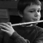 Estudo recente incentiva que os pais substituam os celulares e tablets por instrumentos musicais!
