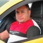 Taxista nervoso procura 2 passageiras para lhes devolver uma mala preta que esqueceram no táxi