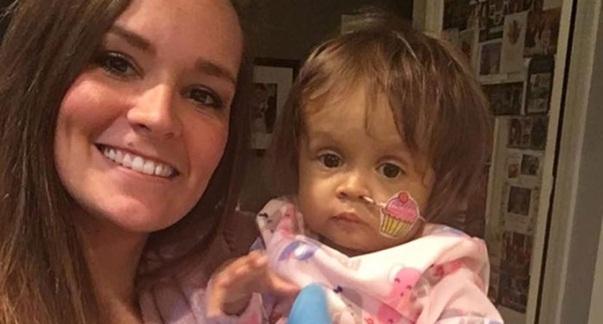 Babá doa parte do fígado e salva a vida de criança de um ano de quem cuida