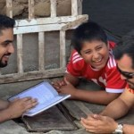 Milionário árabe resolve construir casa para menino peruano que estudava na rua porque onde morava não havia luz