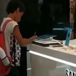Imagens de menino usando tablet de loja para fazer pesquisa escolar viralizaram na web