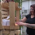 Mulher cria prateleira solidária com alimentos para ajudar pessoas carentes em época de pandemia