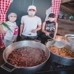 Sertanejas Maiara e Maraísa ajudam na produção de 2 mil marmitas para pessoas carentes
