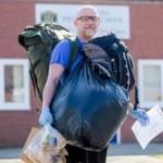 Este professor caminha 8 km todos os dias para levar alimentos a crianças fora da escola que dependiam da merenda