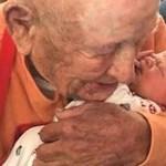 Numa linda demonstração de carinho, bisavô de 105 anos abraça o bisneto recém-nascido