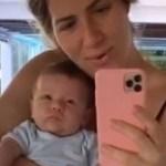 Giovanna Ewbank aparece com o pequeno Zyan no espelho