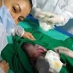 Jovem vai ao hospital com dores abdominais e descobre que estava em trabalho de parto