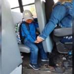 Motorista de ônibus escolar não sabia que tinham tirado uma foto dando à mão a um menino até esta viralizar