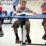 Especialista criou mesas com pedais para alunos com hiperatividade