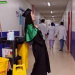 """Zeladora se forma em educação física e posa com esfregão na mão: """"Foi a profissão que pagou os meus estudos"""""""